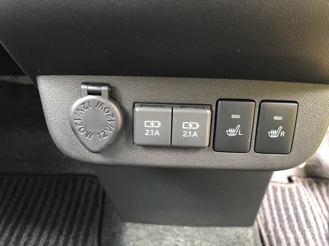 左からアクセサリーソケット・USBソケット・シートヒータースイッチ。