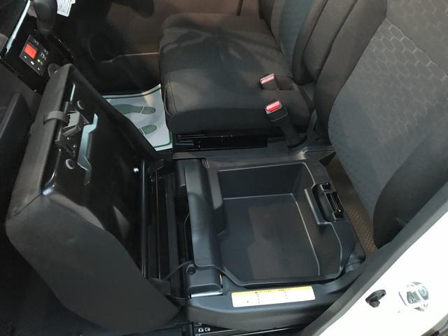 助手席を上げれば収納ボックスがあります。