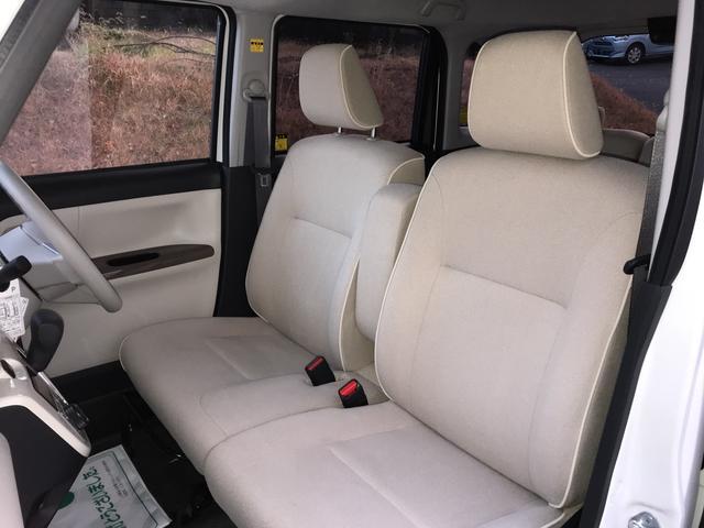 フロントはベンチタイプで運転席にはシートリフター付き。