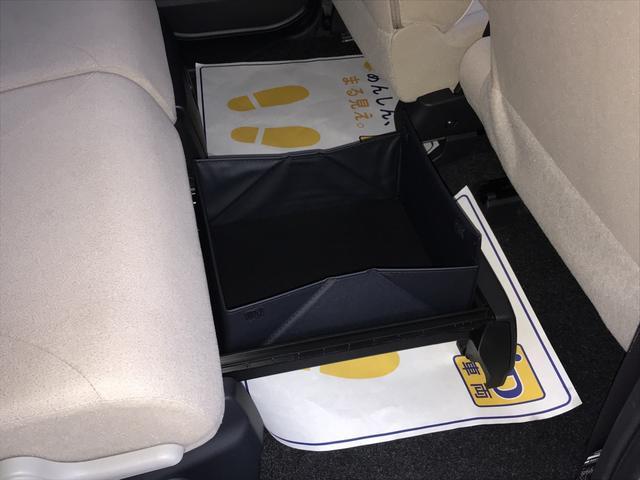 こちらがリヤシート下に付いている置きラクボックス。