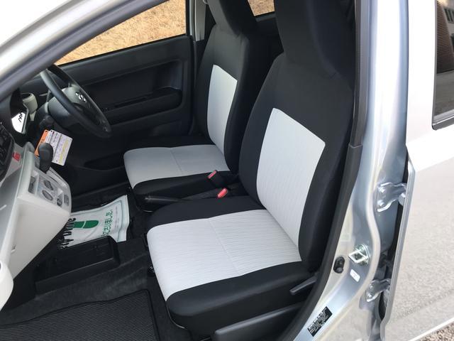 フロントシートはツートンでカラーリング。