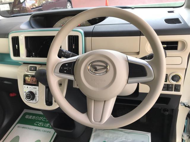 ハンドルにはステアリングスイッチが装備されナビの操作が可能。