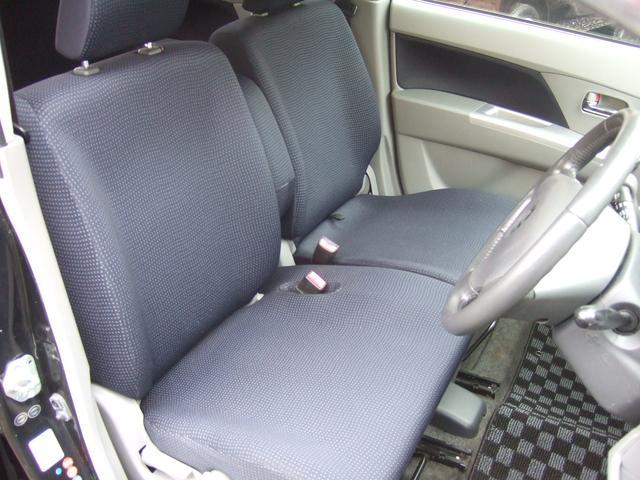 運転席は身長に合わせて座面の高さが調節できるシートリフター付き!