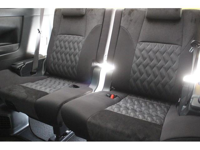 サードシートも大人がしっかりと座れます。