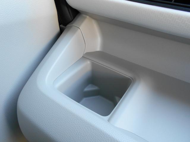 助手席にドリンクホルダー・缶ジュースやペットボトルを置けます