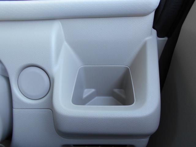 運転席にドリンクホルダー・缶ジュースやペットボトルを置けます