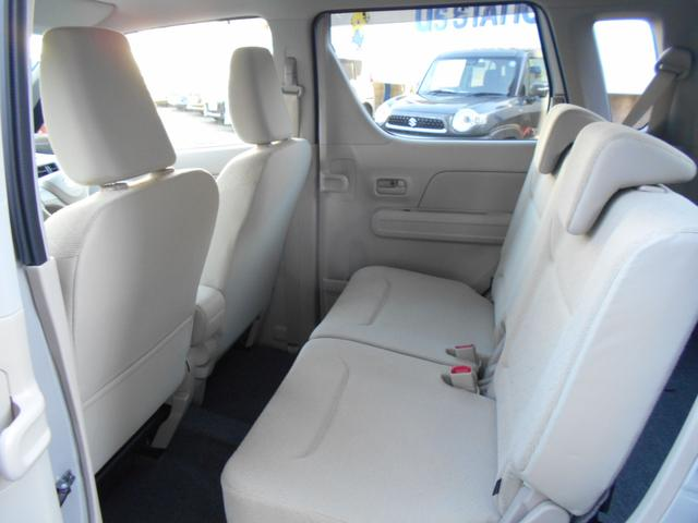 リア席の内装写真です。禁煙車で非常に綺麗です。