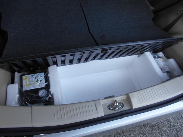 スペアタイヤは付いてません!パンクした場合はパンク修理キッド付。あとタイヤの空気も入れられるエアコンプレッサーも付いてます!