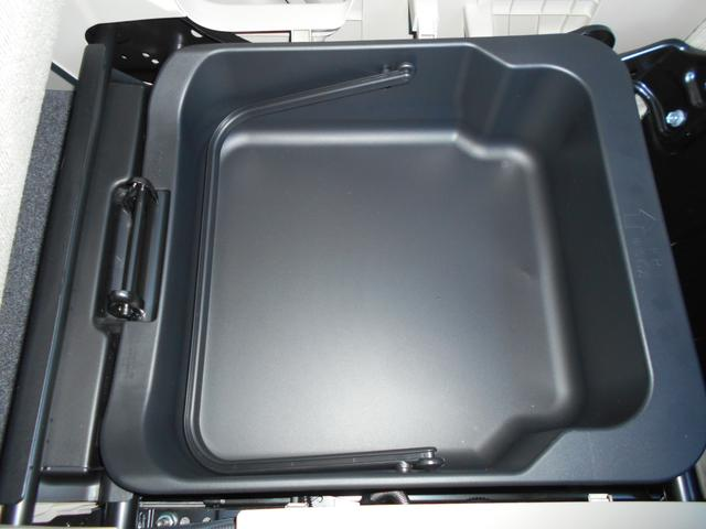 助手席下にちょっとした小物や洗車道具を入れて置くのに便利!洗車用のバケツの代わりにもなるシートアンダーボックスです!
