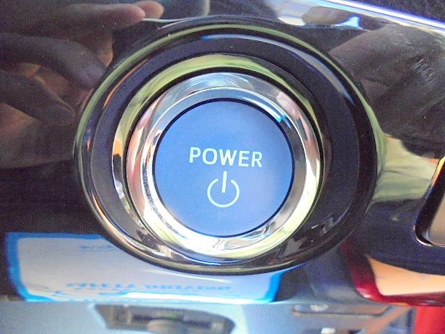 プッシュスターターです!鍵はポケットなどに入れたまま、ボタンをポチっと押せばエンジン始動!初めての方は感動しますよ!一度使えば手放せない装備品です!