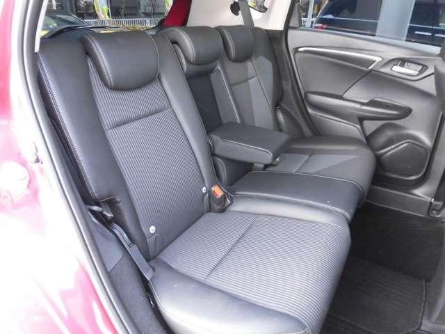 何と後席にもアームレスト搭載!足元も広くなりと〜っても快適です。