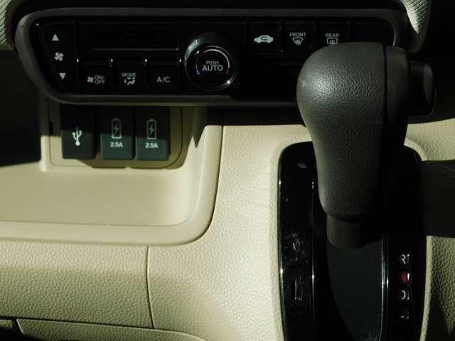 インパネシフトのCVTオートマミッションです!オート機能付きエアコンや急速充電用USBも付いております!