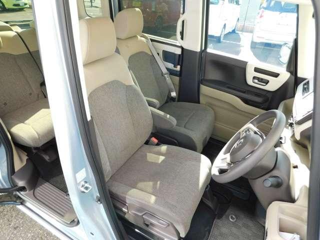 運転席&助手席です!シートポジションは全てのシートが前後にスライド可能です!