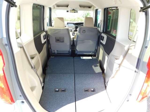 リア席を前に倒すと荷室も広く、車内の高さを活かして大容量の荷物が運べます♪