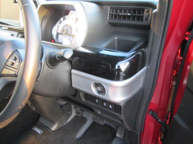 ブラックパール基調の運転席の一体型ドリンクホルダーオートライトシステム