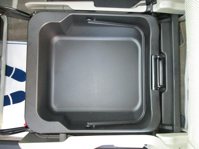 助手席シートアンダーボックス 水洗いできる素材なので洗車道具等を入れておくのに便利です