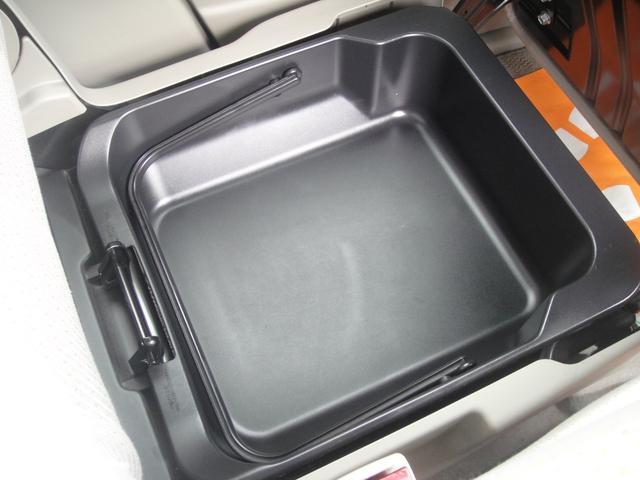 助手席シート下には収納BOXもついています!!