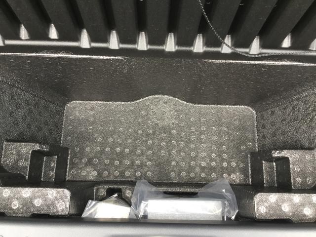 トランクルームの蓋をあけると荷物を置けるスペースが。手前にあるのはパンク修理キットです。