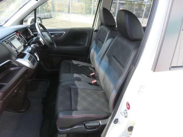 ベンチシートで運転席・助手席共に広々!センターにアームレストも付いて長時間のドライブでも疲れを和らげます。