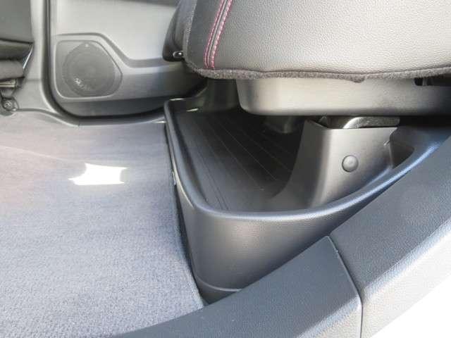 リア席座席下に傘等小物を収納できる収納スペースがあります!これで場所をとることなく載せられます♪