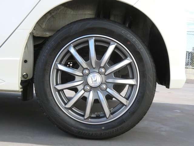 純正アルミホイール付です。タイヤサイズは 155 65R14 です!