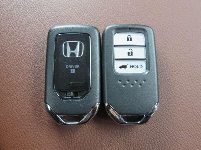 ドアのロック・アンロックから、エンジンのスタート・ストップまで、ポケットやバッグにキーがあればOK!便利なスマートキーです。