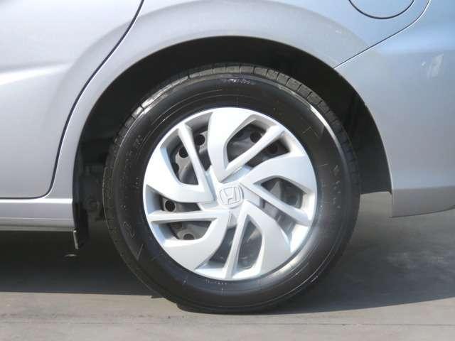 純正ホイールキャップ装備です!タイヤサイズは 185-65R15 です!
