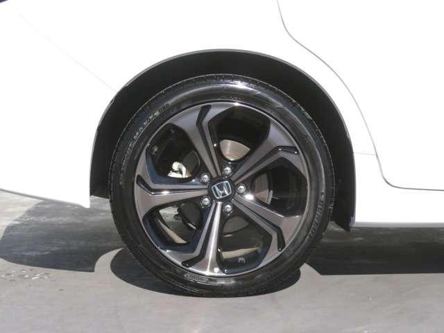 純正アルミホイール付です。タイヤサイズは 225-45R18 です!