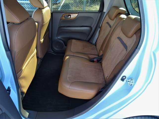 後席シートは、後ろでも足が組めてラクに座れます。