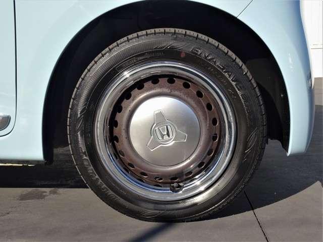 14インチスチールホイール+カラードディッシュホイール(ブラウン)です。タイヤサイズは155/65R/14になります。
