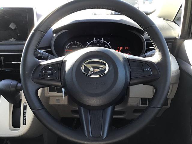 """ハンドルから手を離さず純正ナビのオーディオ操作が行える""""ステアリングスイッチ""""・駐車時に安心の""""バックモニター""""・後部座席でも快適に音楽が聞こえる""""リヤスピーカー""""がセットで装着されます♪"""