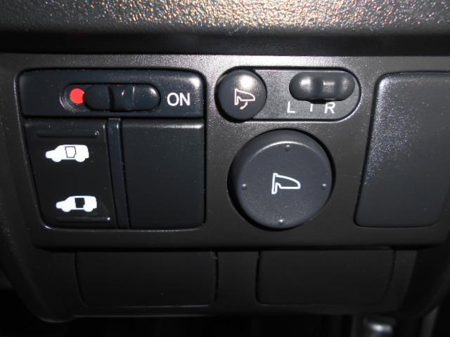 パイロット専用、運転席右側にある便利な自動ドアスイッチ!楽しい外の世界へのドアを開くのは、パイロットの役目です!いざっ!!そして電動コーナーポールスイッチです。角が心配なママにも安心ですね。