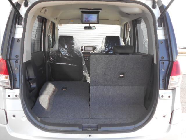このように片側分割でシートが倒れるため長い物でも簡単に室内に積めます。勿論片側分割なので、後部座席に人が乗れます。
