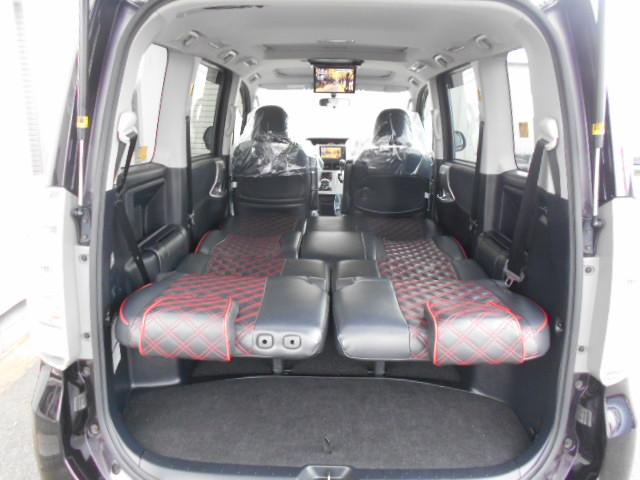 セミフラットになるため足を伸ばしながら車中泊もできます。また、ドライブ中もTVやDVDを見ることができるのでお子様も飽きずにドライブできます。