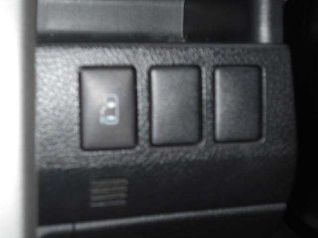 パイロット専用、運転席左側にある便利な自動ドアスイッチ!お子様でも、仲間でも楽しい外の世界へのドアを開くのは、パイロットの役目です!いざっ!!