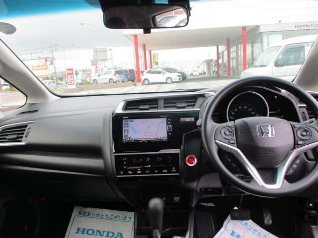 デザイン性はもちろん安全面もしっかり追求されたインパネ周り☆ガラスエリアも広く運転席からの視界も良好です◎