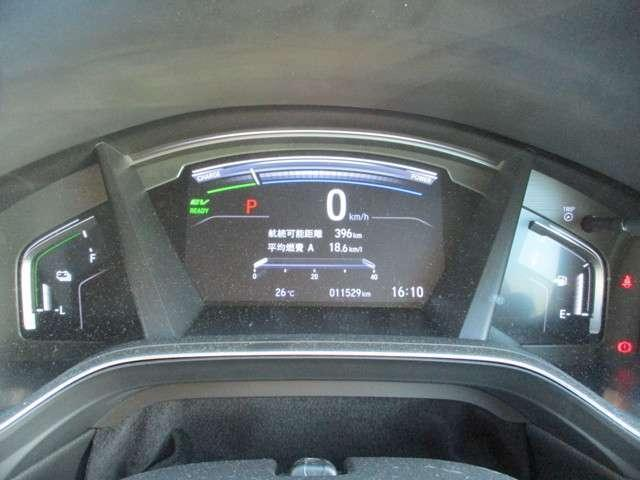 見やすいメーターパネルには燃費計もついています。見ていると何故か燃費を伸ばしたくなる効能があるのです☆