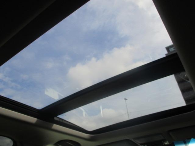 電動パノラミックサンルーフ!開放感バツグンです☆車内の換気や採光にも♪