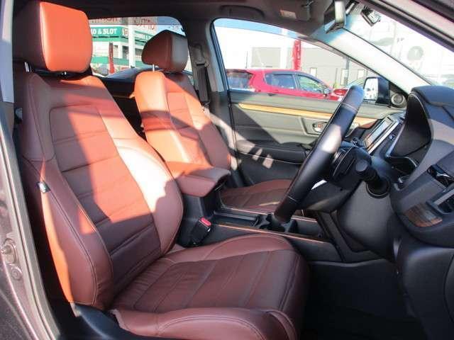 運転席・助手席は電動シートになっています。指先ひとつで細かいシートの調整が簡単にできます!