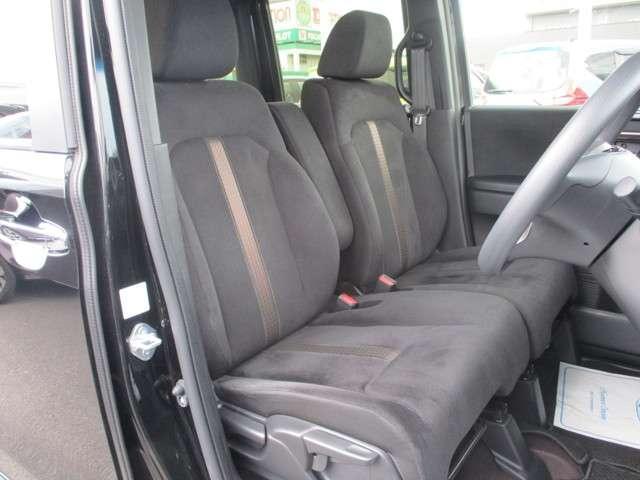 フロントは助手席と繋がったベンチシートで、運転席は高さが調整できるハイトアジャスター付きです。また、ハンドルも高さの調整が出来るチルトステアリングです。
