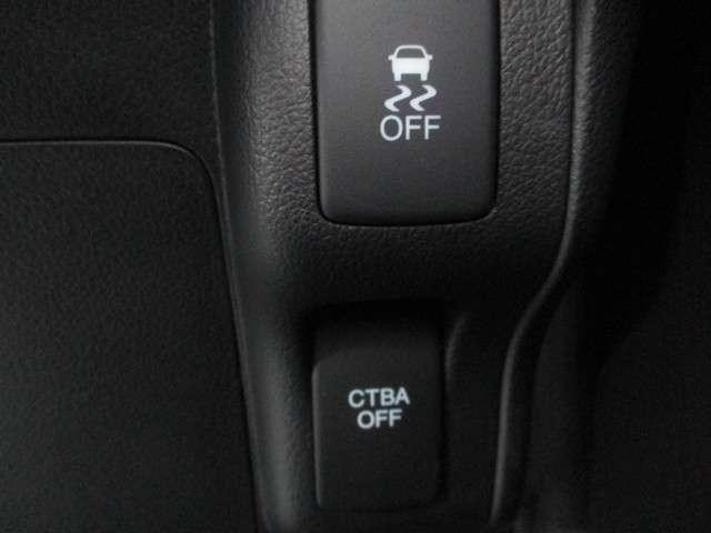 ハンドル左側にはオーディオのリモコンスイッチが装備され、運転中の操作も安心して行えます!