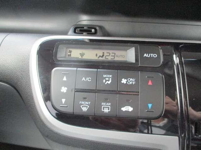 インパネシフトだから視線の移動も少なく足元もスッキリ♪運転席もゆったりしているのでゆとりを持ってドライブできますね!