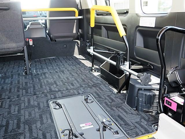 トヨタ ハイエースコミューター 福祉車輌 ウェルキャブ 車いす2基 ストレッチャー固定
