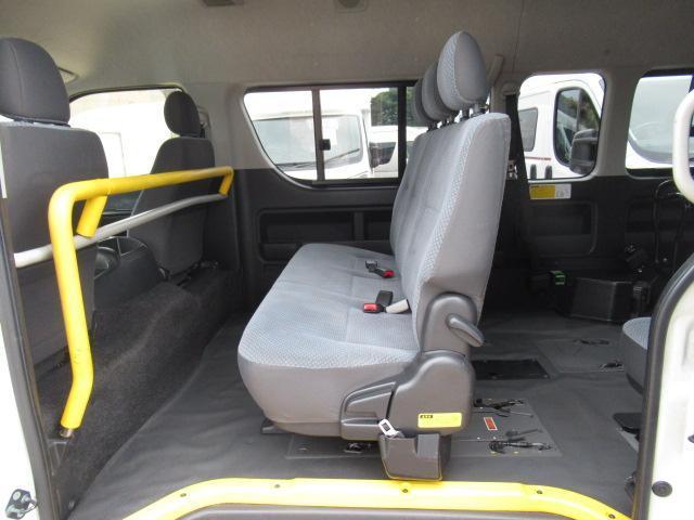 福祉車輌 ウェルキャブ リアリフト Dタイプ 車いす4基 9人乗り 電動ステップ 車いす電動固定装置 クラリオンSDナビ バックカメラ ワンセグ 純正イモビライザー(10枚目)