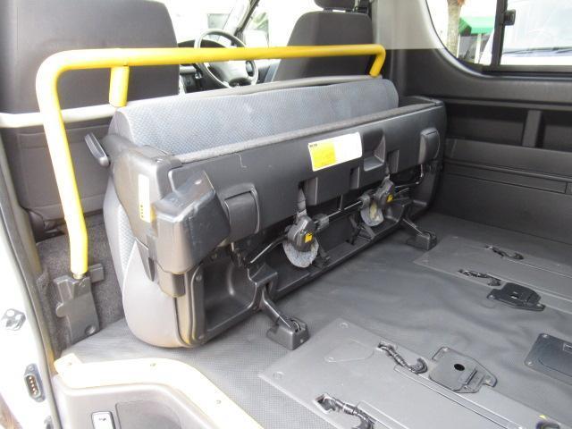 福祉車輌 ウェルキャブ リアリフト Dタイプ 車いす4基 9人乗り 電動ステップ 車いす電動固定装置 クラリオンSDナビ バックカメラ ワンセグ 純正イモビライザー(11枚目)