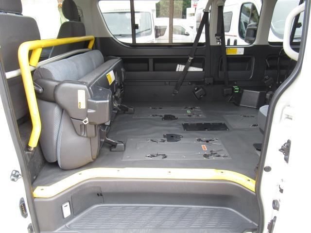 福祉車輌 ウェルキャブ リアリフト Dタイプ 車いす4基 9人乗り 電動ステップ 車いす電動固定装置 クラリオンSDナビ バックカメラ ワンセグ 純正イモビライザー(12枚目)