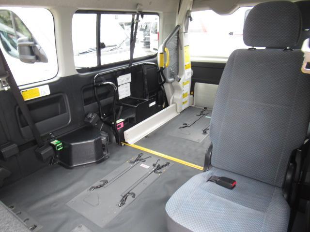 福祉車輌 ウェルキャブ リアリフト Dタイプ 車いす4基 9人乗り 電動ステップ 車いす電動固定装置 クラリオンSDナビ バックカメラ ワンセグ 純正イモビライザー(13枚目)