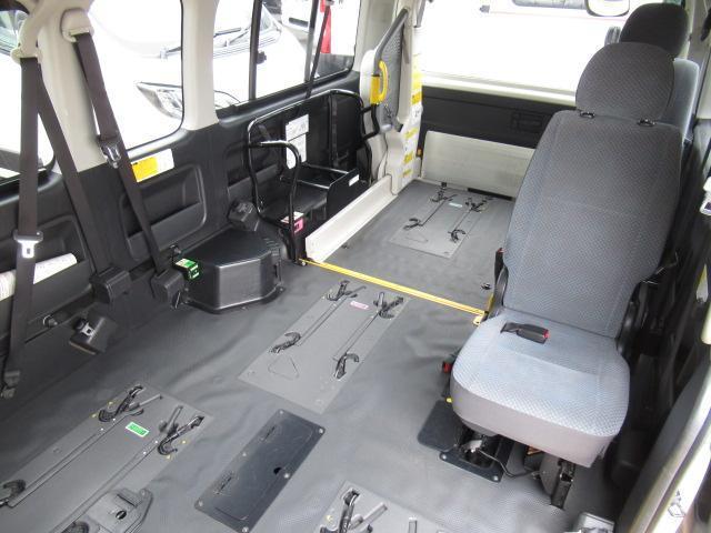 福祉車輌 ウェルキャブ リアリフト Dタイプ 車いす4基 9人乗り 電動ステップ 車いす電動固定装置 クラリオンSDナビ バックカメラ ワンセグ 純正イモビライザー(14枚目)