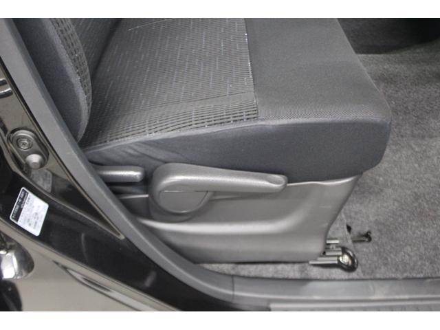 シートの位置調整は手動となります。スバルのシートは長時間運転しても疲れにくい設計となっています。