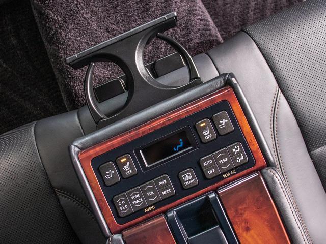 後席もVIP装備!後席センターコンソールの画像です!こちらのお車には、後席にもパワーシートが装備されています!更にオーディオなども後席から操作出来るなど豪華!ゲストに喜んで頂ける装備ですね!